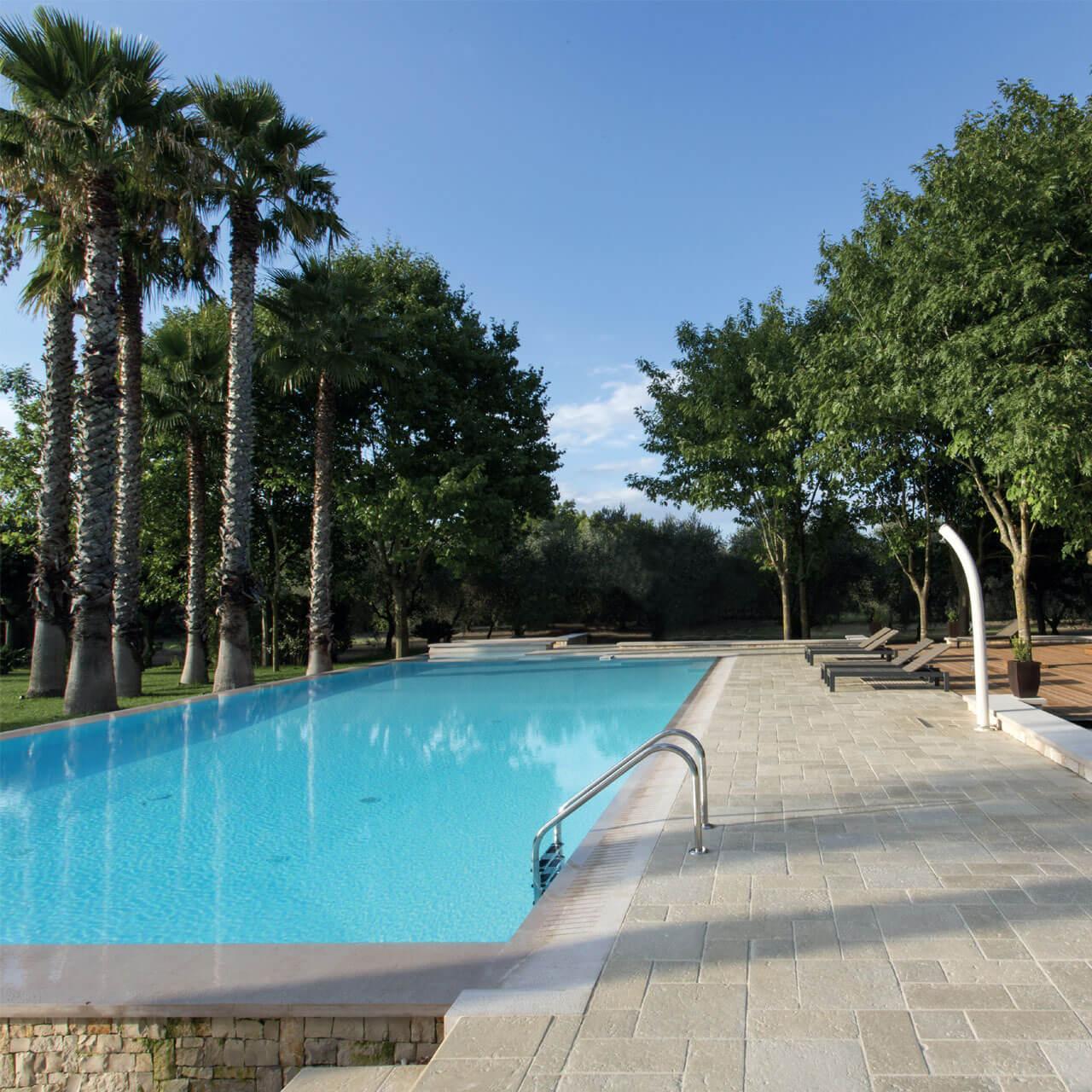 Pavimento effetto pietra per bordo piscine e giardini