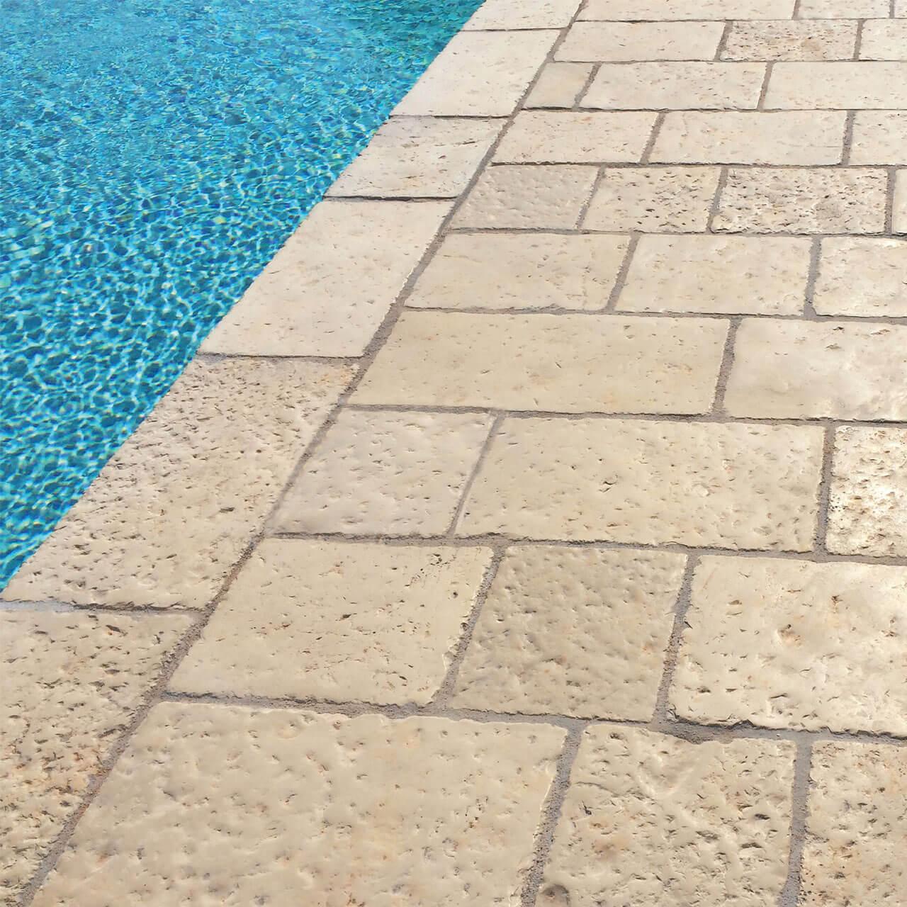 Pavimento effetto pietra antica per piscine e giardini