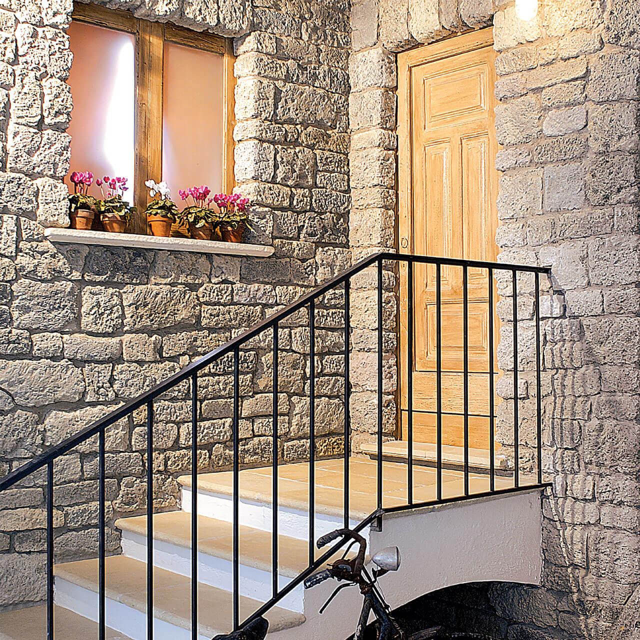 vecchie mura rivestimento con pietre e mattoncini per esterno